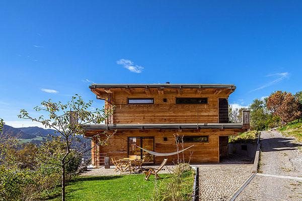 Holzhaus und blockhaus gesundes bauen mit holz lehm und for Modernes haus 2 etagen